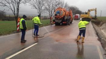 Benzin - verunreinigte Straße wird gereinigt