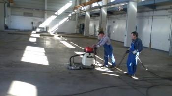 Hallenreinigung mit Höchstdruck-Reinigungsmaschine