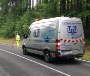 Ölspuren auf Straßen werden mit Bindemittel vorgereinigt