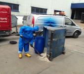Behälterreinigung unter Vollschutz